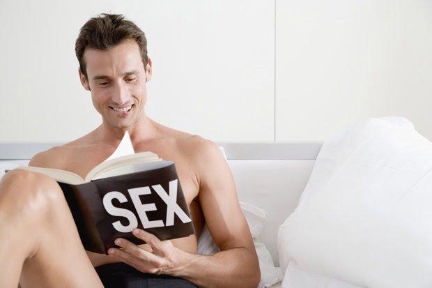 Bărbat-citind-cartea-de-sex-551346.jpg
