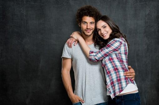 Kvinna som kramar mannen