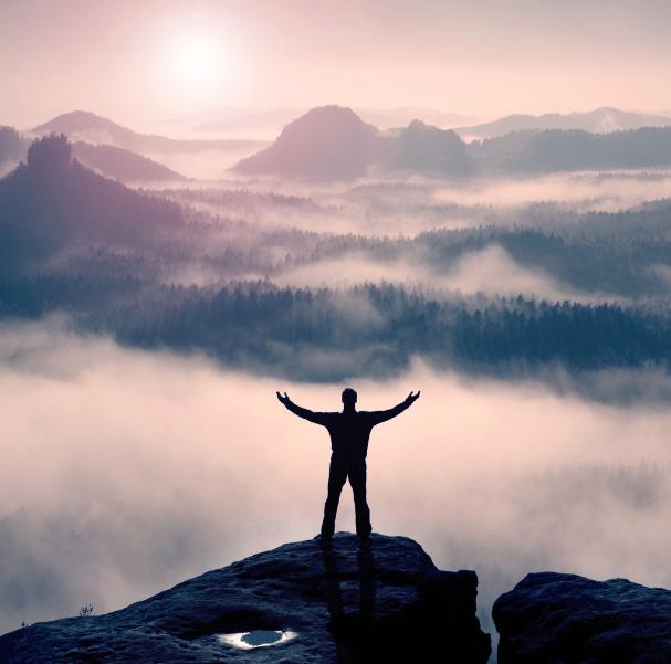 Egy személy a hegy tetején